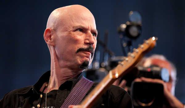 Gitaris Band Kiss Meninggal di Usia 70 Tahun