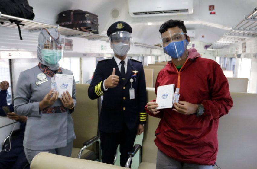 HUT KAI ke-75, PT KAI Daop 1 Jakarta Apresiasi Pelanggan KA Lewat Pembagian Ribuan Masker dan Sanitizer
