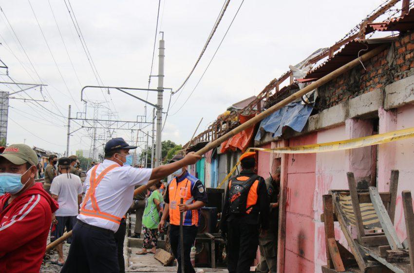 KAI Daop 1 Bersama Dengan Pemprov DKI Tertibkan 150 Bangunan Liar Pinggir Rel